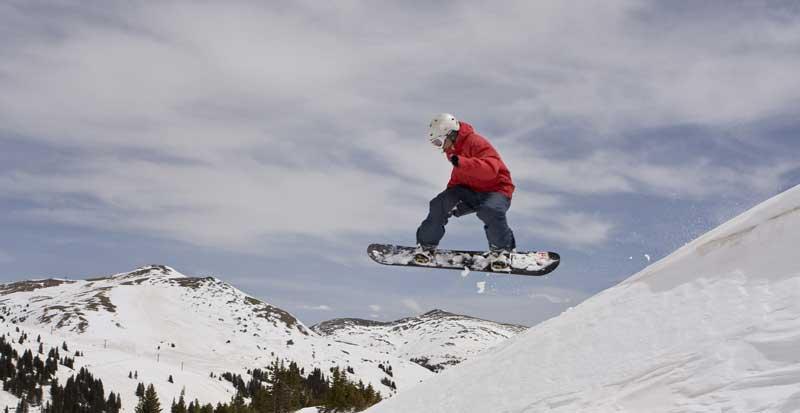 polisa turystyczna snowboardzista